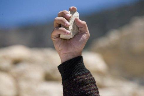 Иисус Христос и женщина взятая в прелюбодеянии - Евангелие от Иоанна 8 глава - камень в руке побивание камнями