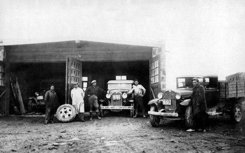 Нубарашен. Олдскульные шоферы и не менее олдскульные автомобили. Начало XX века.