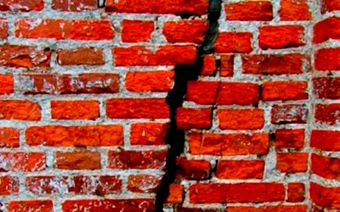 treshhina-v-kirpichnoj-stene