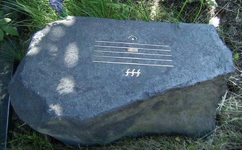 Камень на могиле композитора Альфреда Шнитке